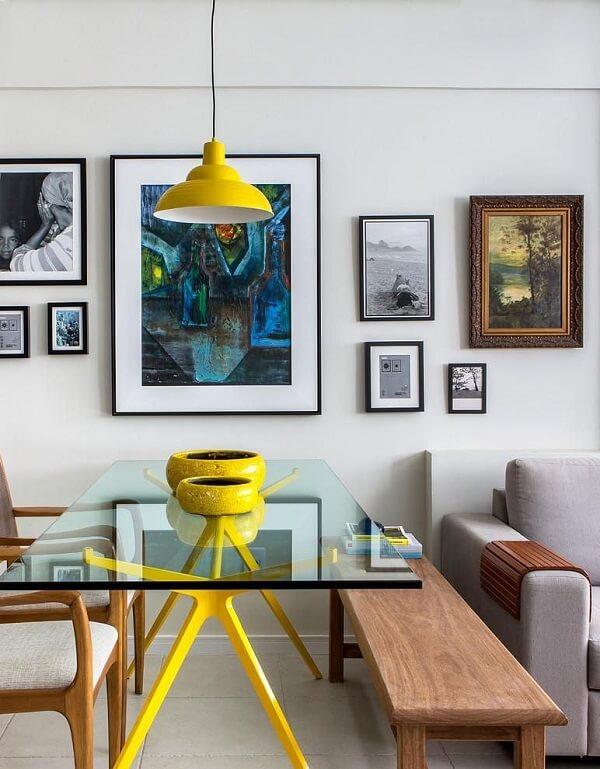 Mesa para sala de jantar feita em vidro com base na cor amarela