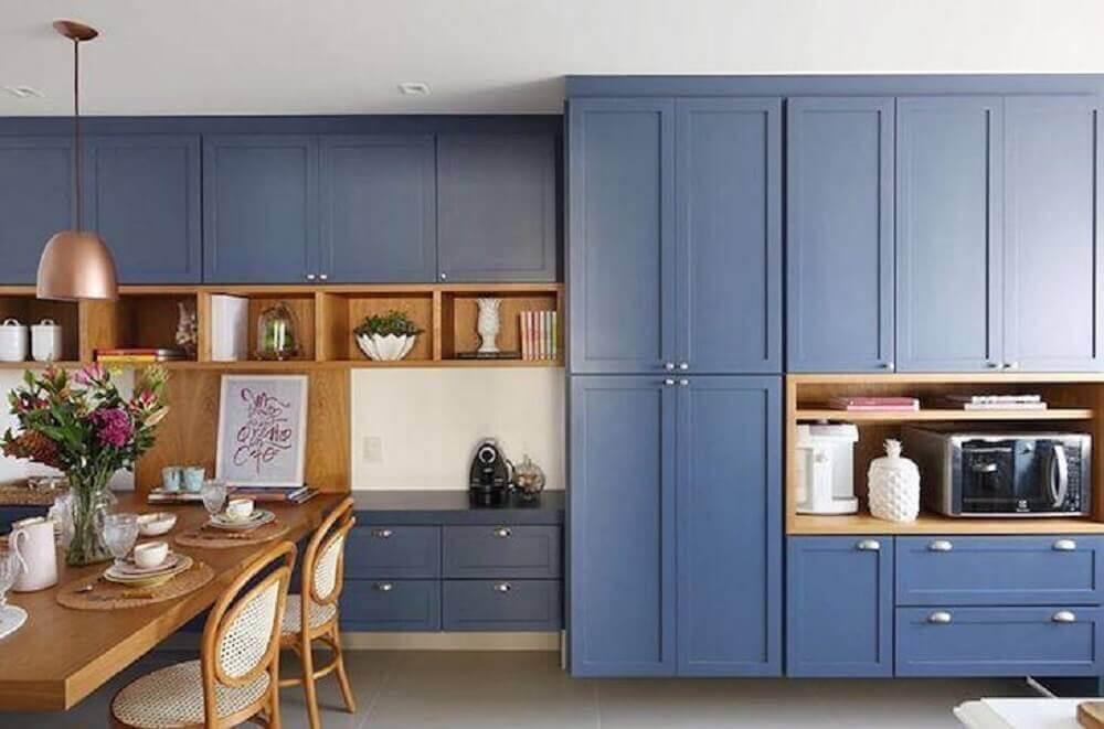 modelo de armário de cozinha retrô azul com mesa de madeira