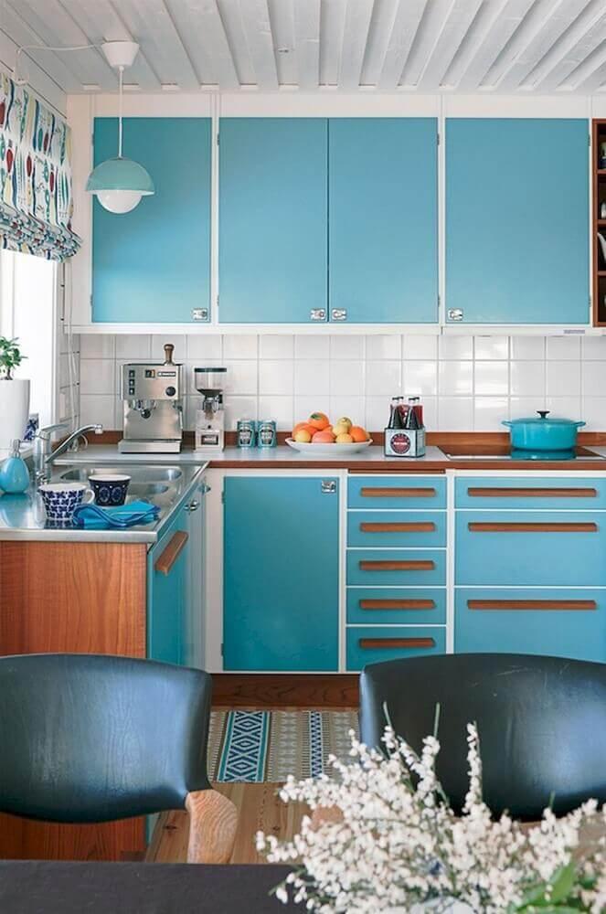 modelo de armário de cozinha retrô com bancada de madeira e porta azul
