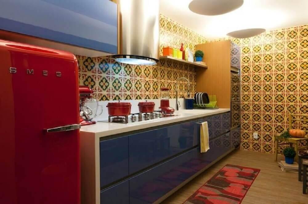 modelo de azulejo retrô para cozinha com geladeira vermelha e armário azul