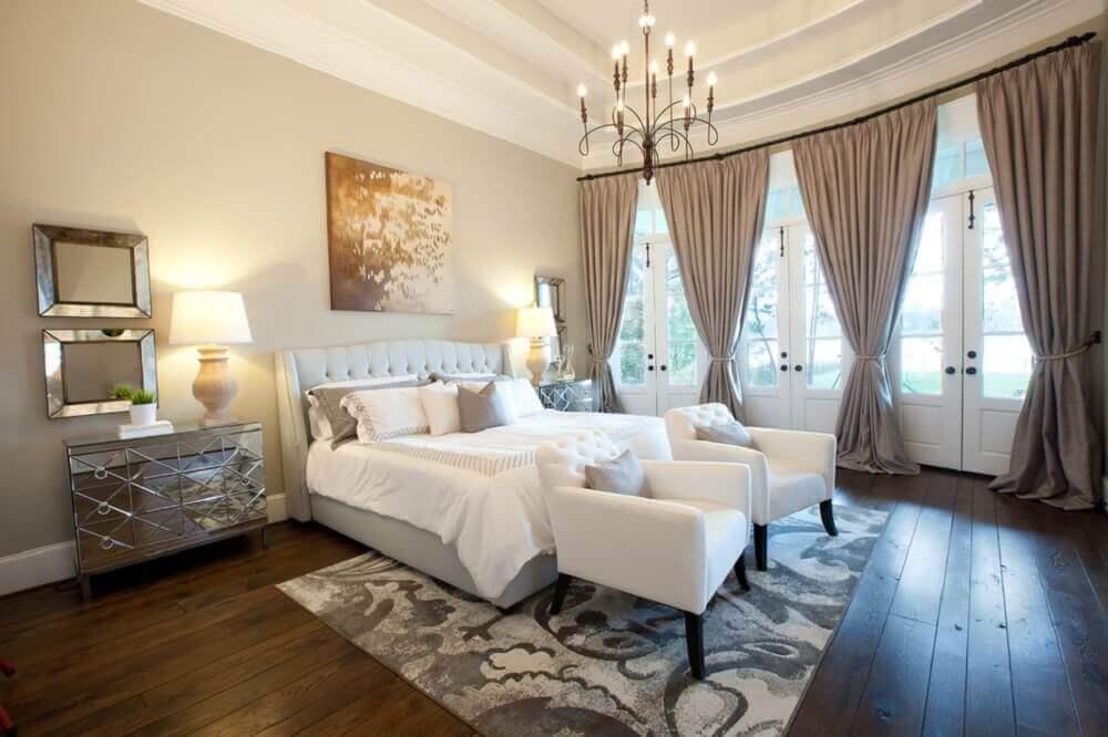 modelo de cabeceira queen capitonê para quarto de casal amplo decorado com criado mudo espelhado e poltronas brancas- Foto made by mood