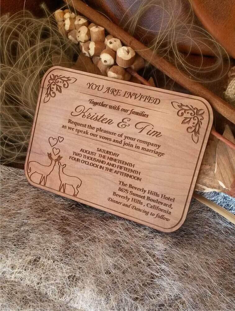 modelo de convite simples de casamento feito na madeira