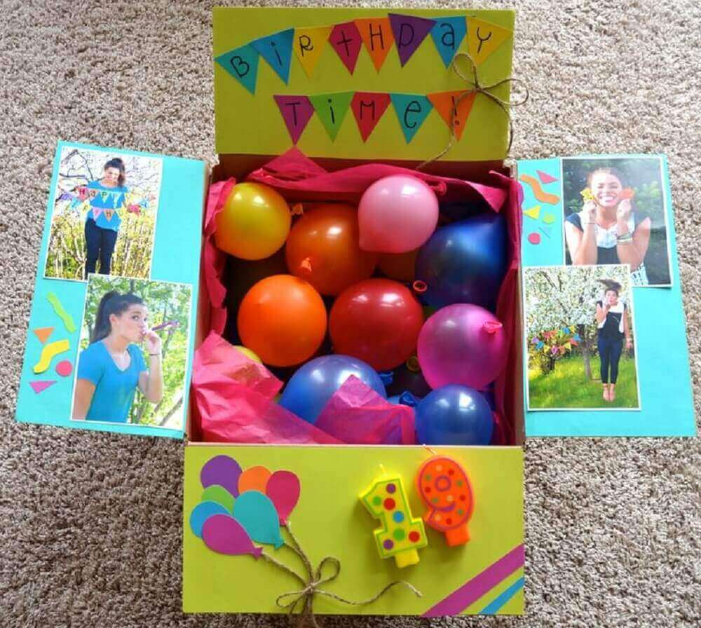 modelo de festa na caixa decorada com balões coloridos - Foto Pinterest