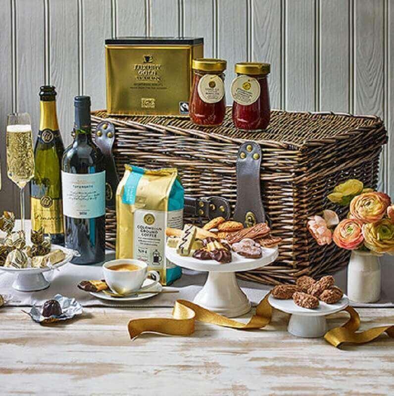 modelo de festa na caixa para namorado com vinhos e taças - Foto marks and spencer