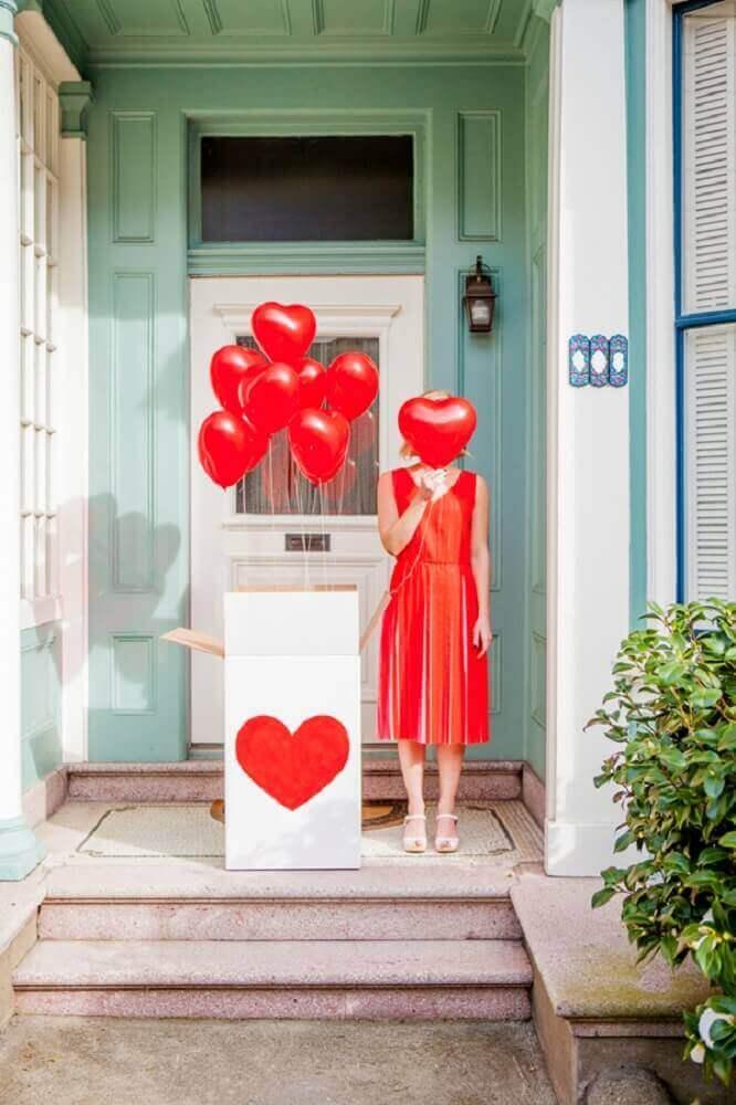 modelo de festa na caixa romântica com balões de coração