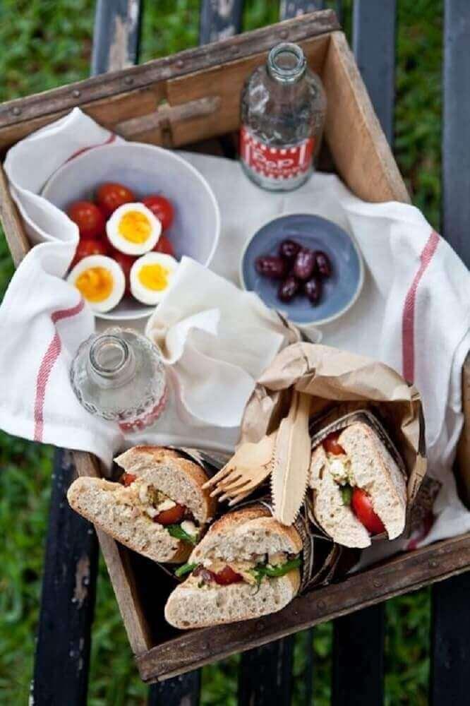 modelo de festa na caixa simples com sanduíches - Foto - Pinterest