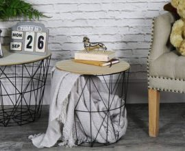 modelo de mesa lateral feita com cesto de roupas e tampo de madeira