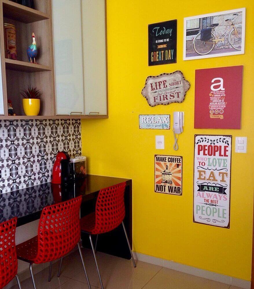 modelos de quadro retrô para cozinha com parede amarela
