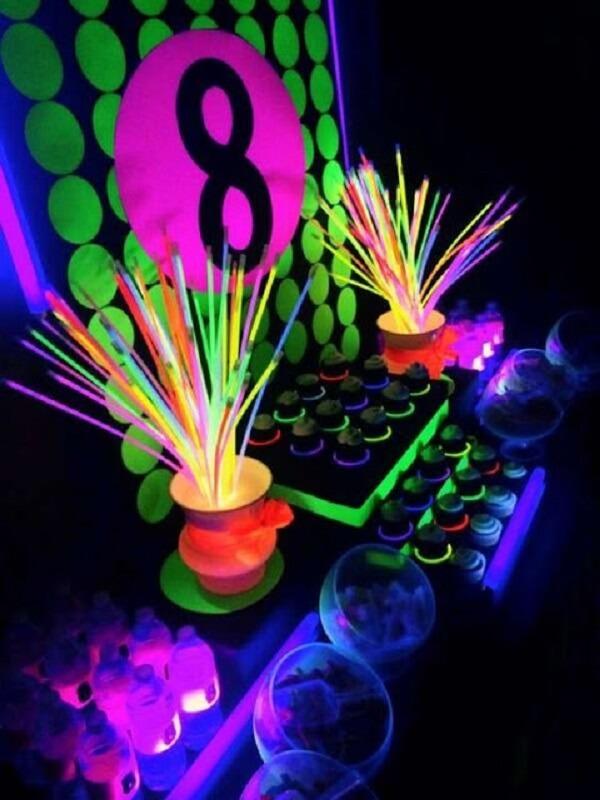 As pulseiras coloridas complementam a decoração da festa neon