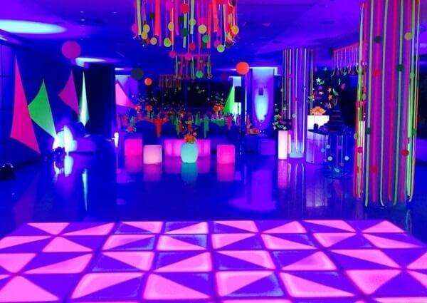 Espalhe enfeites coloridos pelo salão de festas