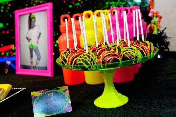 Os docinhos são a grande atração da festa neon