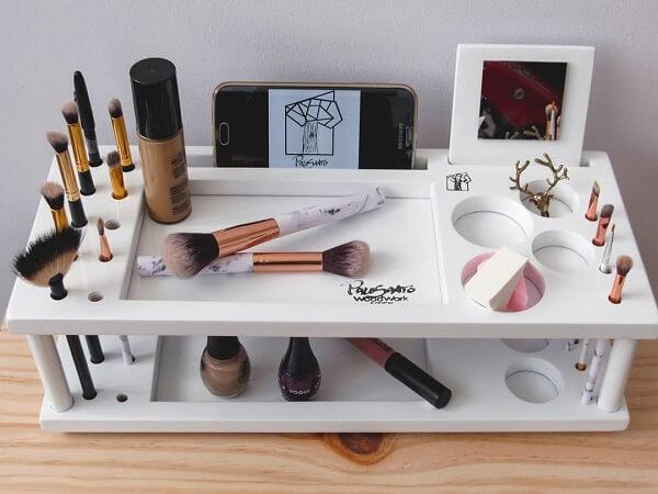 Esse organizador de maquiagem contém vários compartimentos