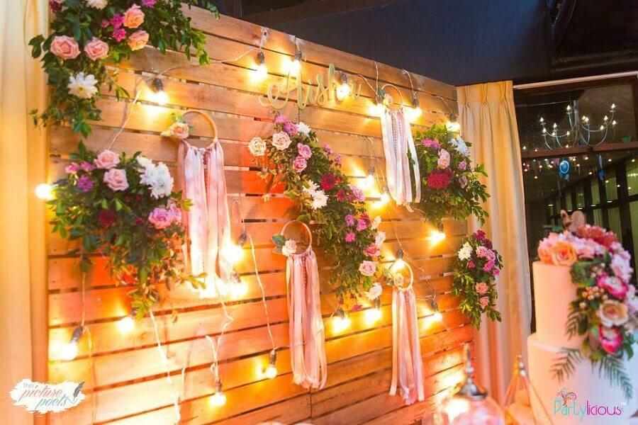 painel de pallets para festa de 15 anos decorada com flores