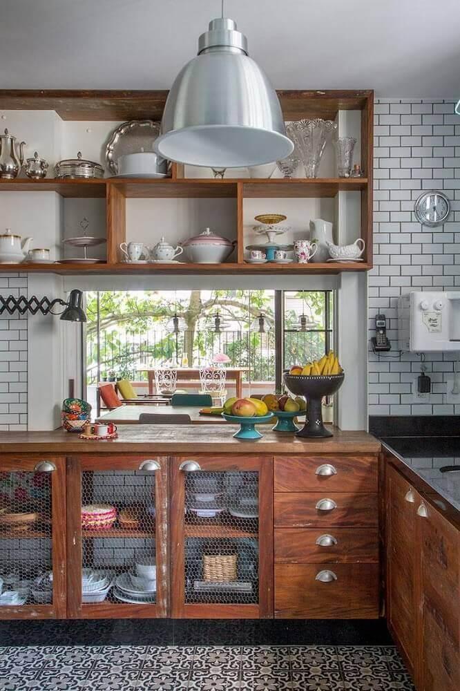 piso retrô para decoração de cozinha com armários de madeira e nichos