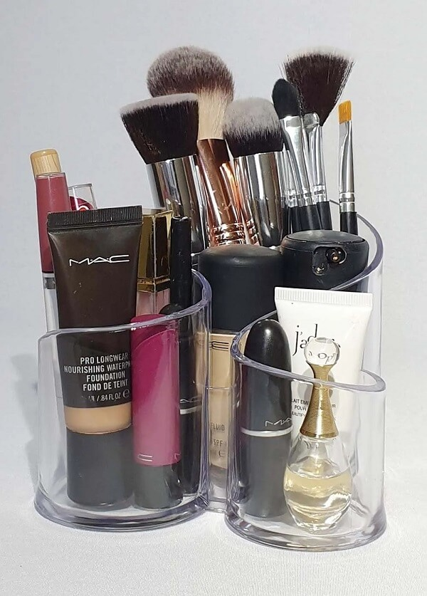 O organizador de maquiagem acrílico pequeno ocupa pouco espaço na bancada