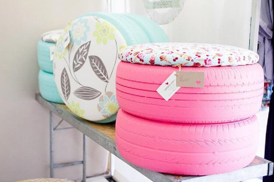 puff azul e cor de rosa feito com pneu