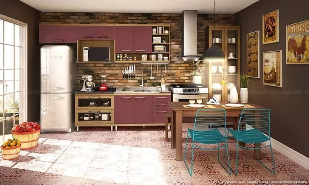 quadros retrô para cozinha com armários cor berinjela e piso hidráulico