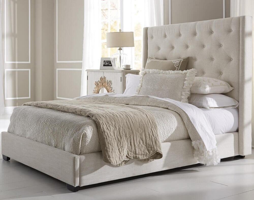 quarto bege decorado com cabeceira de cama capitonê- Foto BlogBeen