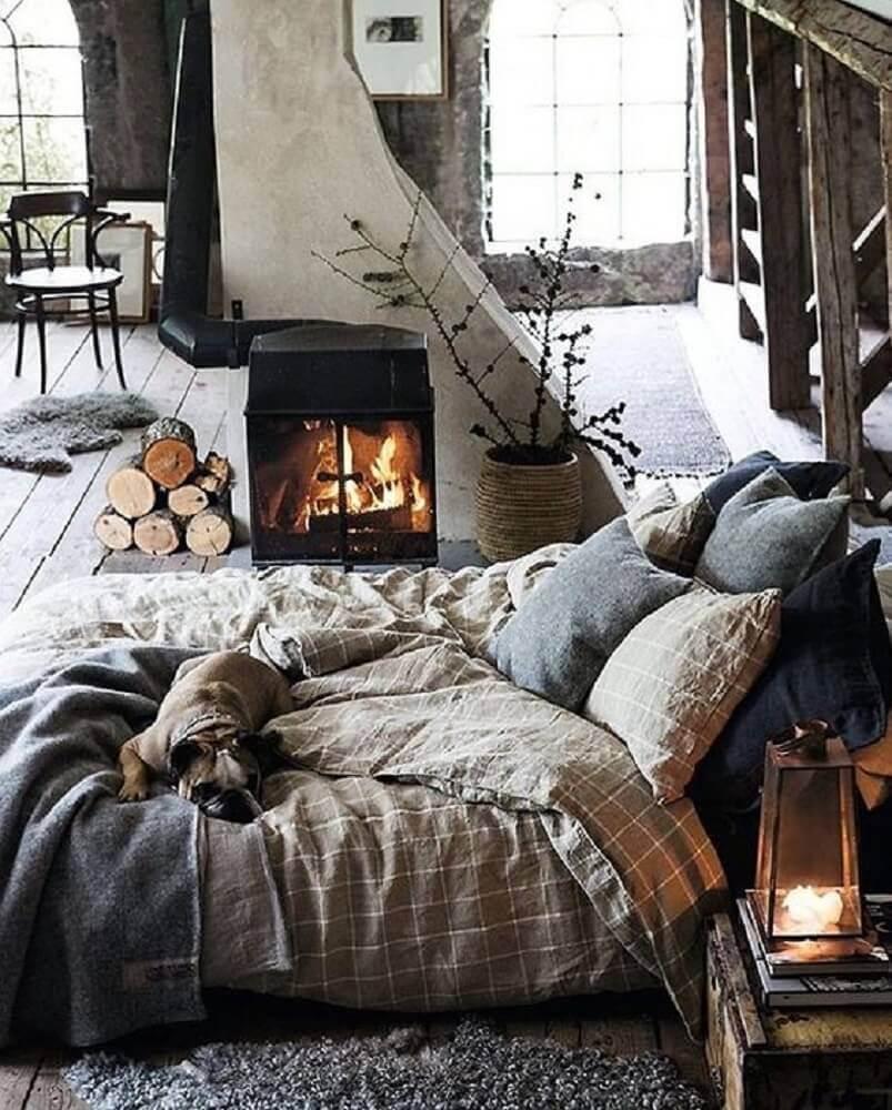quarto com estilo hygge e rústico decorado com lareira e almofadas Foto Misstephy
