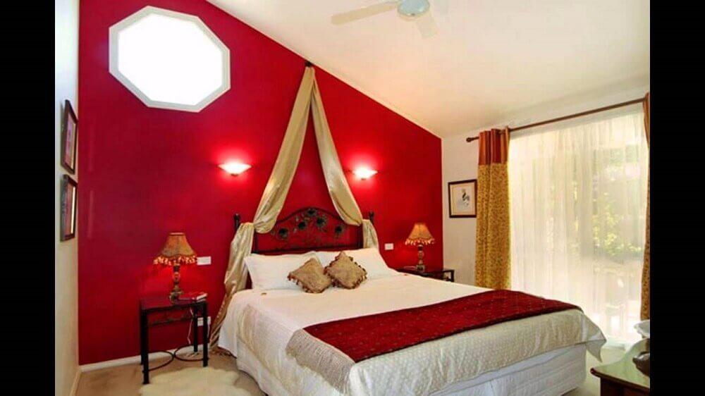 quarto com parede vermelha decorado - Foto Pinterest