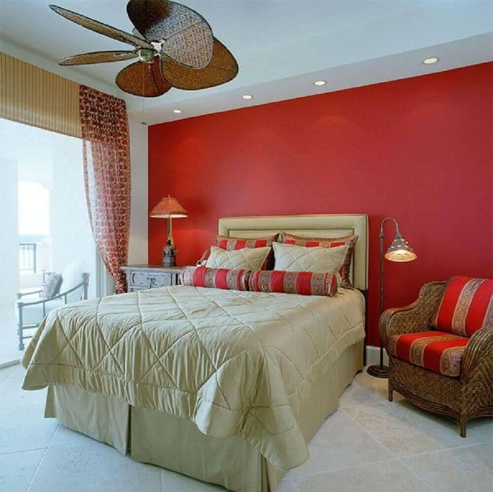 quarto com parede vermelha e decoração em tons de bege - Foto Dweef