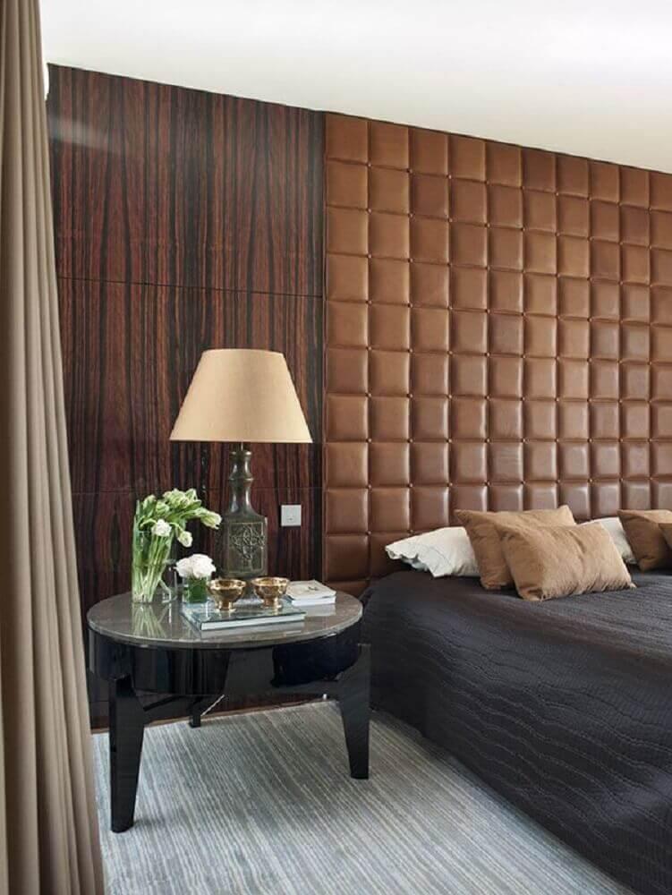quarto de casal com parede revestida de madeira e cabeceira capitonê de couro marrom - Foto Light House
