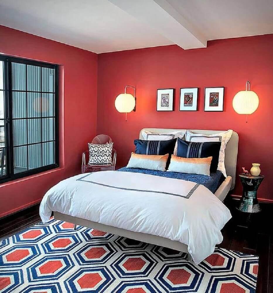 quarto de casal com parede vermelha decorado com tapete vermelho e azul