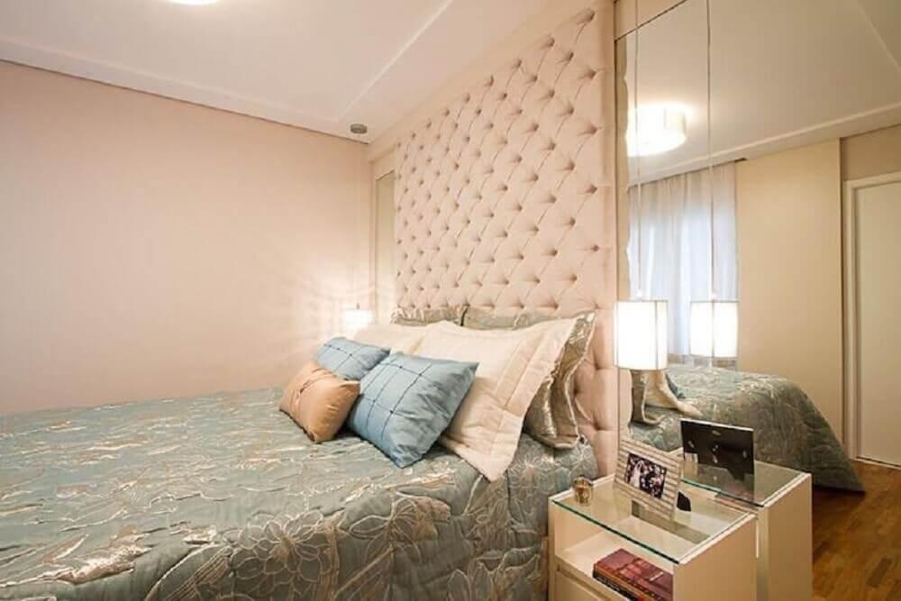 quarto decorado com parede espelhada e cabeceira de cama capitonê - Foto Sartori Design