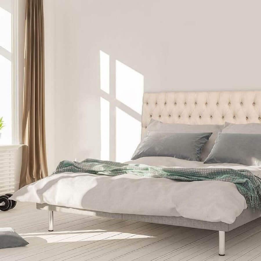 quarto minimalista com cabeceira de cama capitonê branca