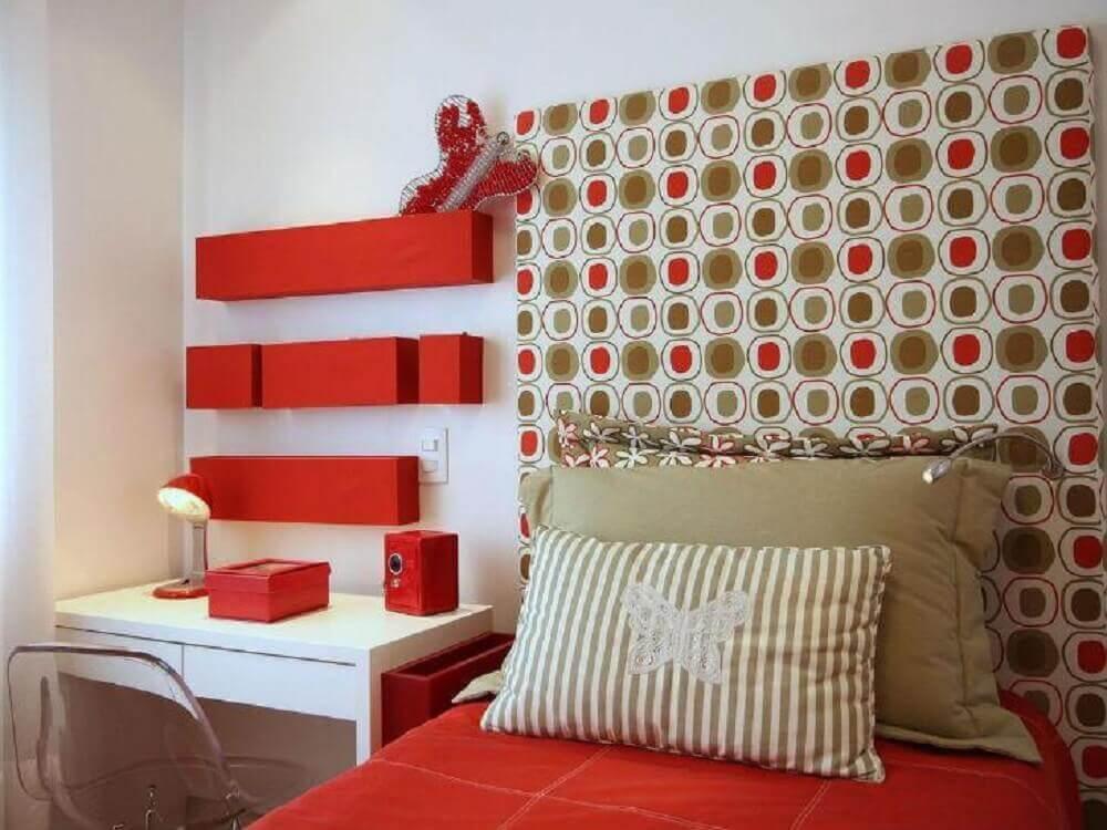 quarto vermelho e branco decorado com cabeceira estampada Foto Meyer Cortez Arquitetura & Design
