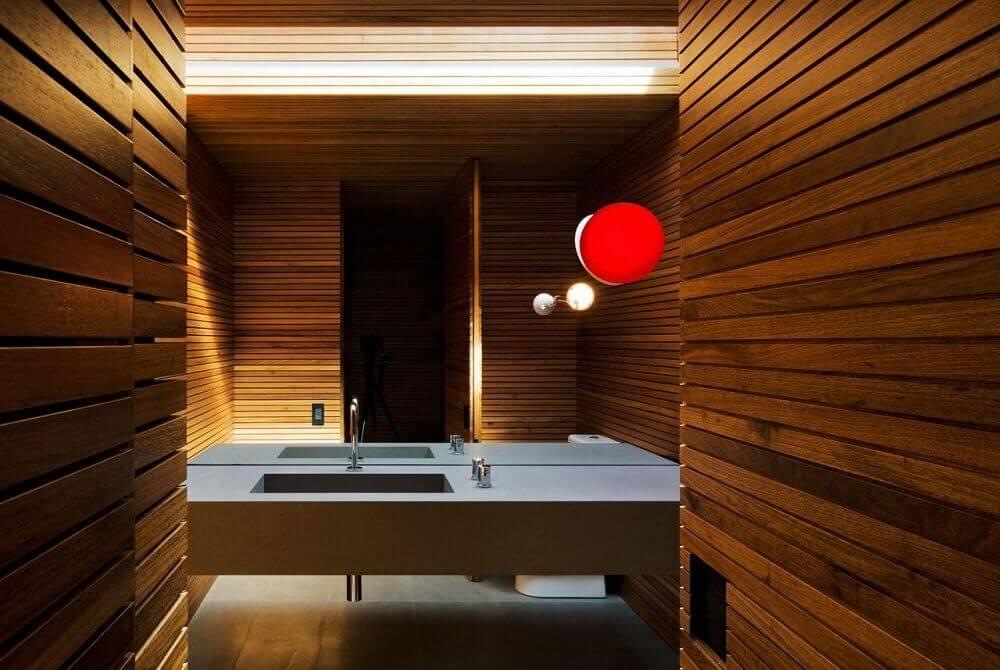 revestimento em madeira para parede de lavabo com pia esculpida na pedra Foto Studio MK27