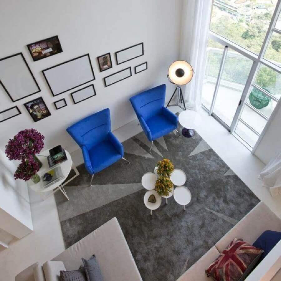 sala ampla decorada com tapete cinza e poltrona azul royal Foto Fernanda Marques