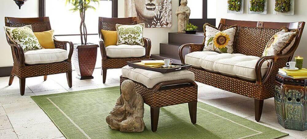sala de estar decorada com tapete verde e móveis de vime Foto Pier 1