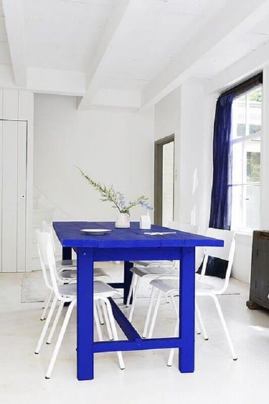 sala de jantar toda branca decorada com mesa de madeira pintada de azul royal Foto Marianne Kohler Nizamuddin