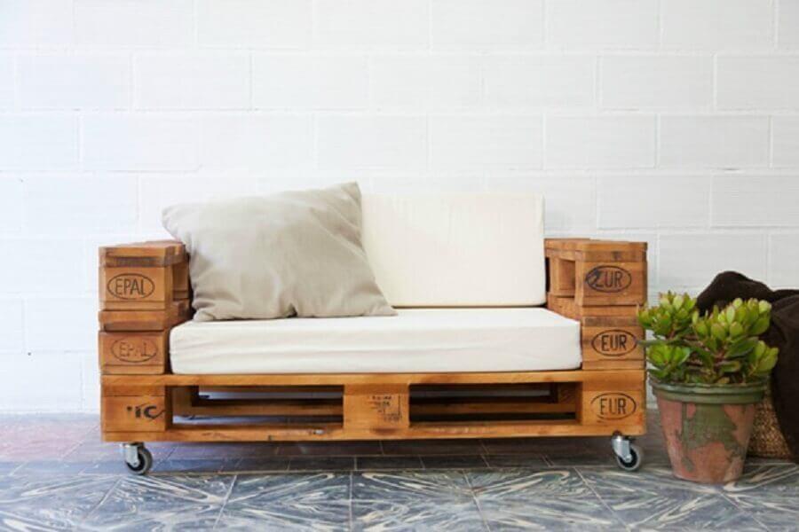 sofá feito com pallets e rodinhas