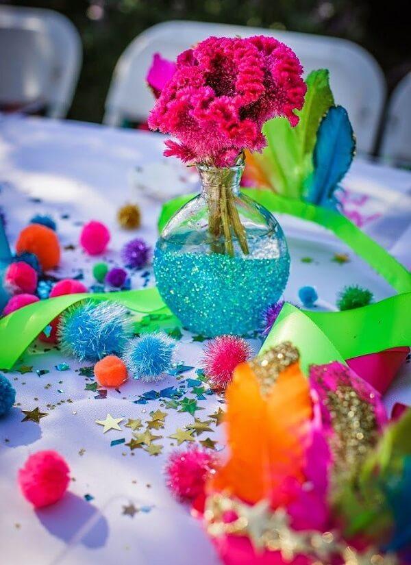 A mesa de convidados da festa neon recebe uma decoração especial colorida