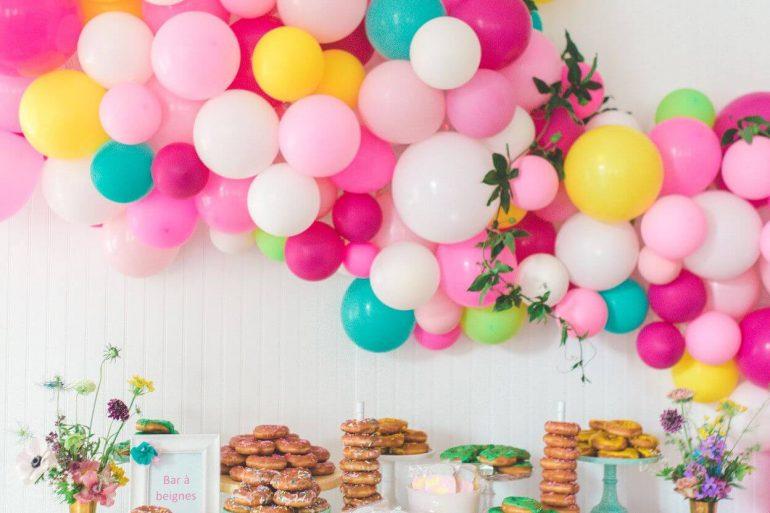 Lindo painel com balões coloridos