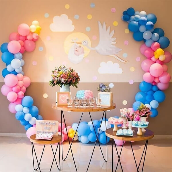 Balloon decoration brings delicacy to the cake table