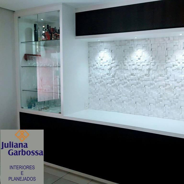 Acabamento de gesso 3D em parede onde há uma cristaleira embutida Projeto de Juliana Garbossa