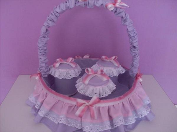 Artesanatos em geral para quarto de bebê com cesta de produtos