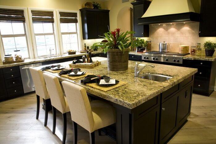 Bancada de centro da cozinha feito em pedra de granito