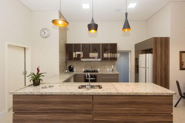 Bancada de granito revestida em madeira em cozinha aberta Projeto de Engenharia e Arquitetura