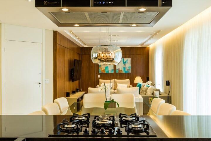 Bancada em granito preto em cozinha americana Projeto de By Arq & Design
