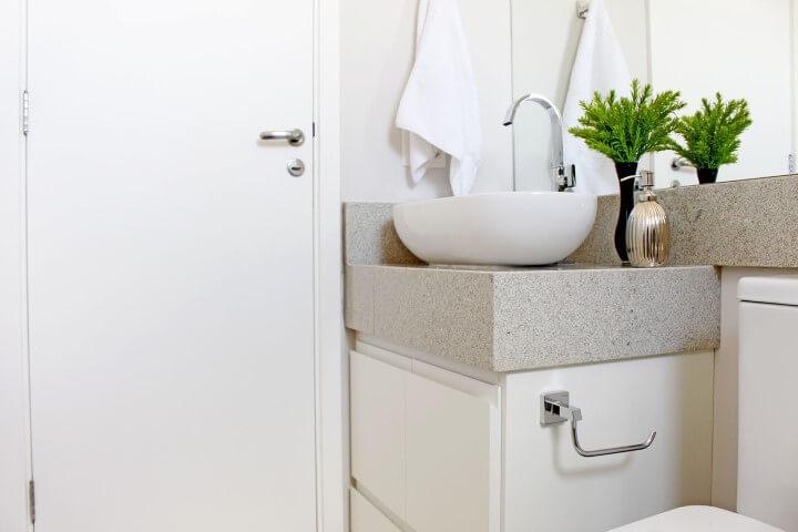 Banheiro claro com bancada de granito cinza claro e cuba de apoio branca Projeto de Patricia Campanari