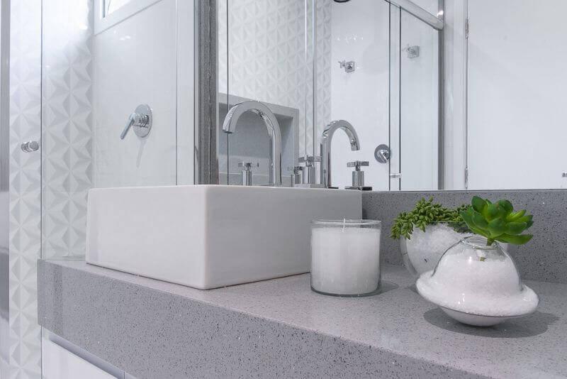 Banheiro claro com revestimento de gesso 3D na parede dentro do box Projeto de Bianchi Lima
