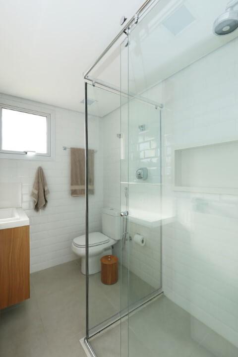 Banheiro com bacia com caixa acoplada no canto Foto de SP Estúdio