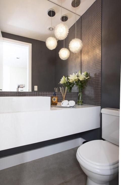 Banheiro com chão de cimento queimado e bacia com caixa acoplada arredondada Foto de Decorare