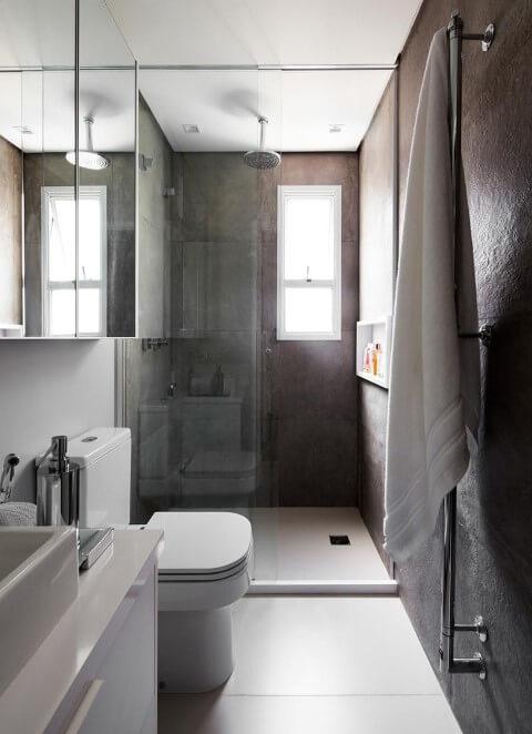Banheiro com paredes cinza com bacia com caixa acoplada Foto de Iná Arquitetura
