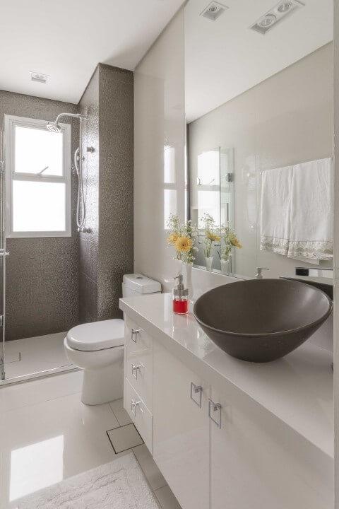 Banheiro com pastilha marrom no box e bacia com caixa acoplada Foto de Idealizzare Arquitetura