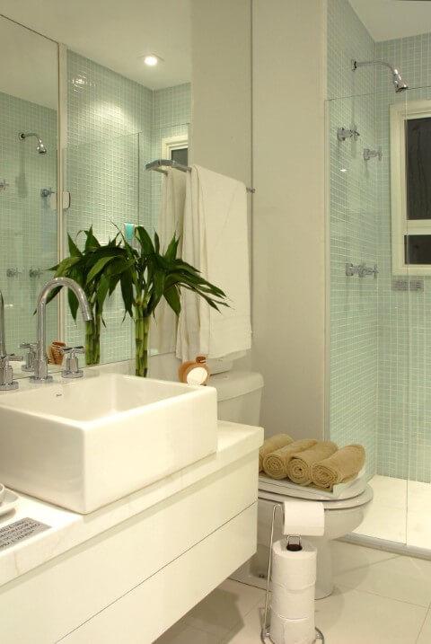 Banheiro com pastilha verde no box e bacia com caixa acoplada Foto de Teresinha Nigri